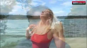 Sexfilm - Op het strand pijpt een blondje de lul van een gespierde gozer