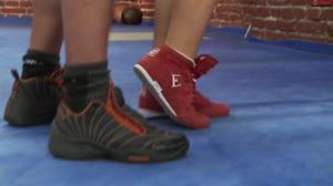 Sexfilm - Tijdens bokstraining slaat ze tegen zijn pik. Kusje erop?