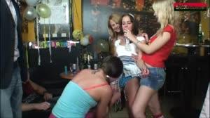 Sexfilm - Tienersletje afgepaald tijdens haar 18e verjaardags feestje