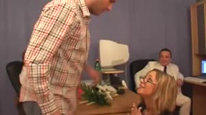 Sex film - Sollicitante krijgt een driedubbele lading zaad op haar bril