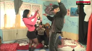 Sex film - Straathoertje krijgt vier grote pikken door haar strot geduwd
